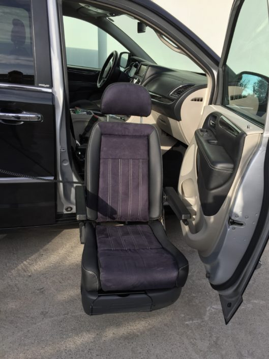 Turny EVO transfert siège pivotant-sortant et descendant personne handicap jambes inférieure